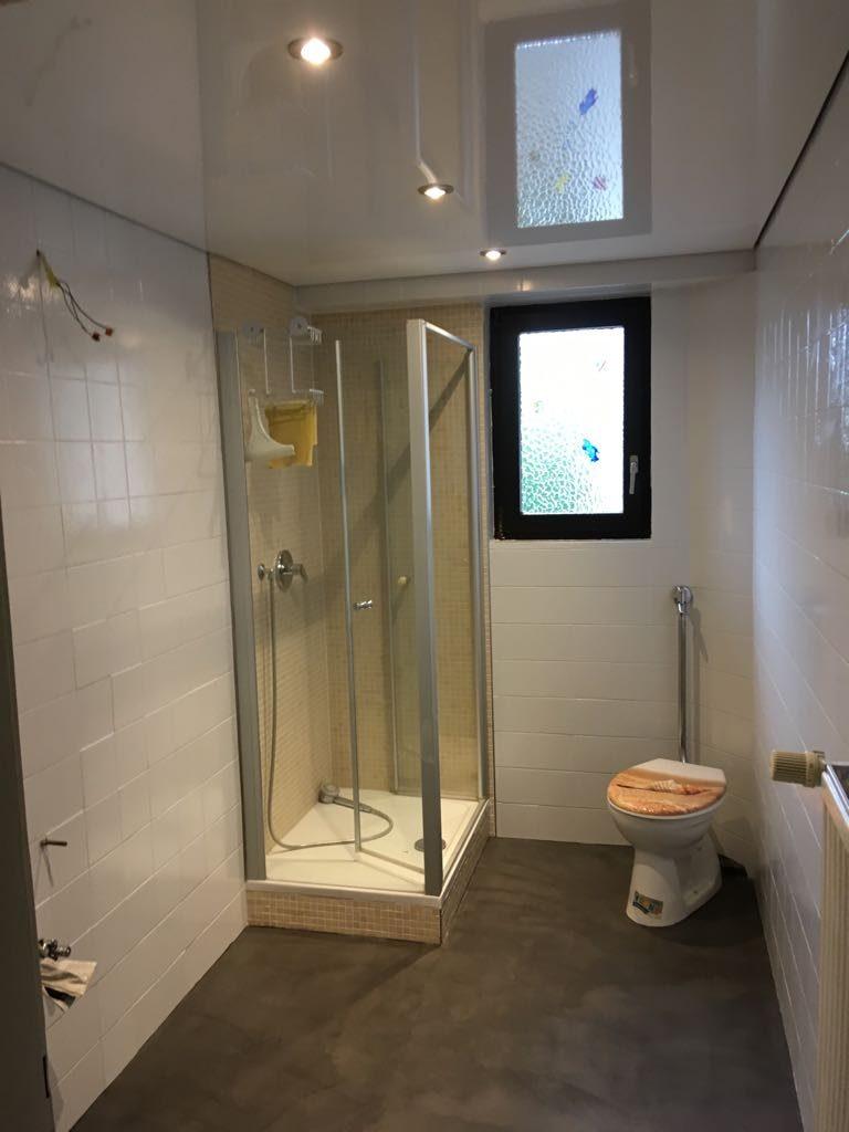Fliesenbeschichtung in einem Bad inklusive Bodenbeschichtung
