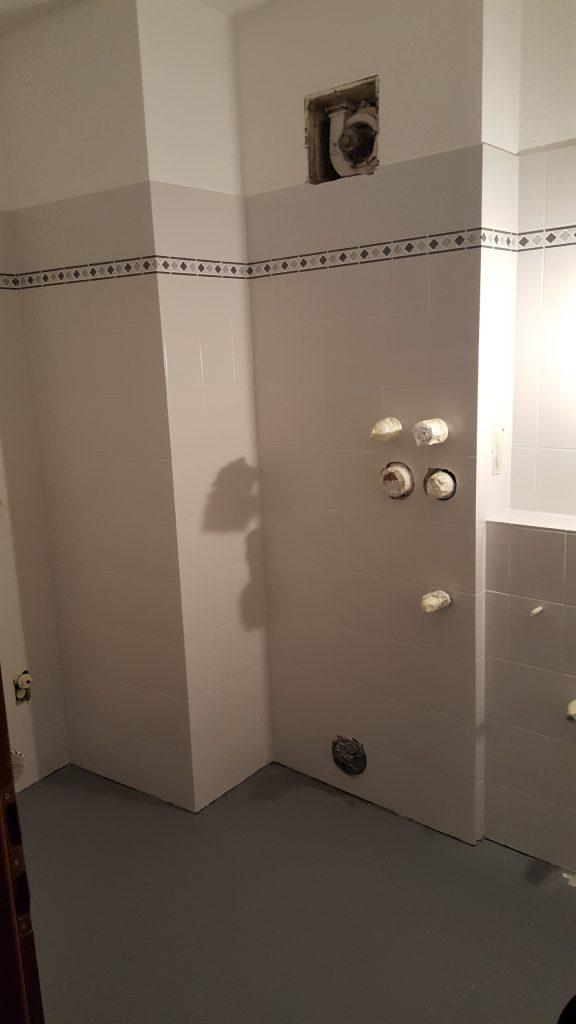 Fliesenbeschichtung mit Bordüren im Badezimmer in der Farbe alpinweiß
