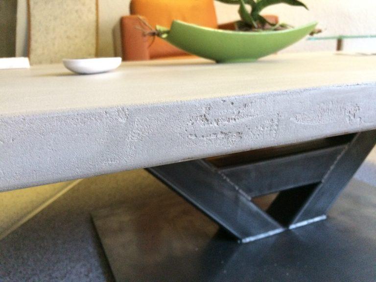 Alter Holztisch in neuer Betonoptik, Farbe hellgrau gestaltet